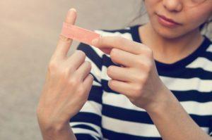 К чему порезать палец: примета по каждому пальцу
