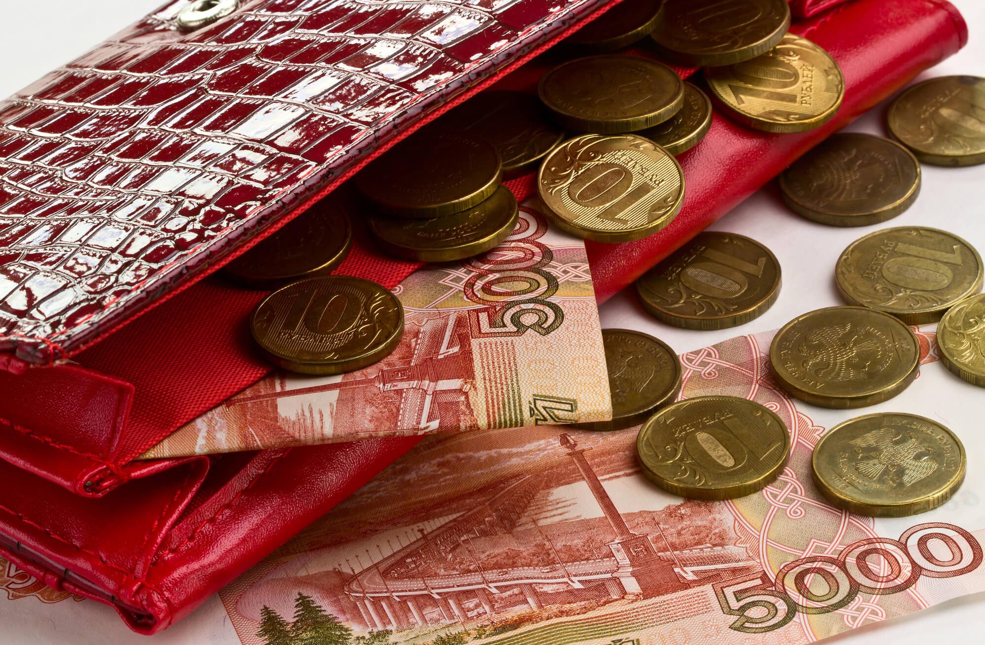 Главные денежные приметы. Красный кошелек с деньгами