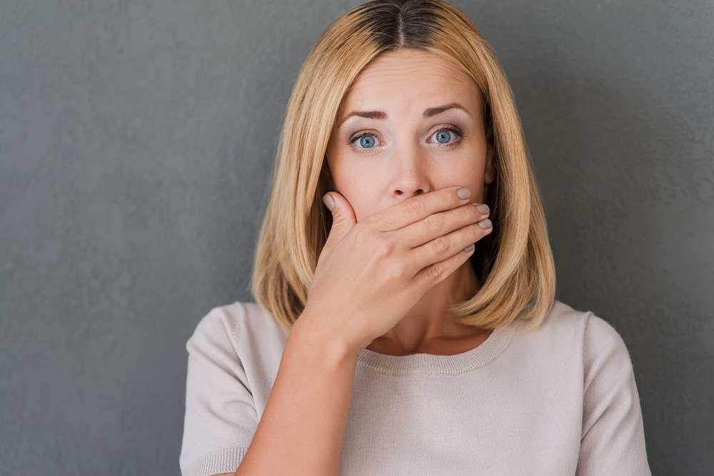 К чему прикусить губу или щеку по примете. Девушка закрывает рот ладонью