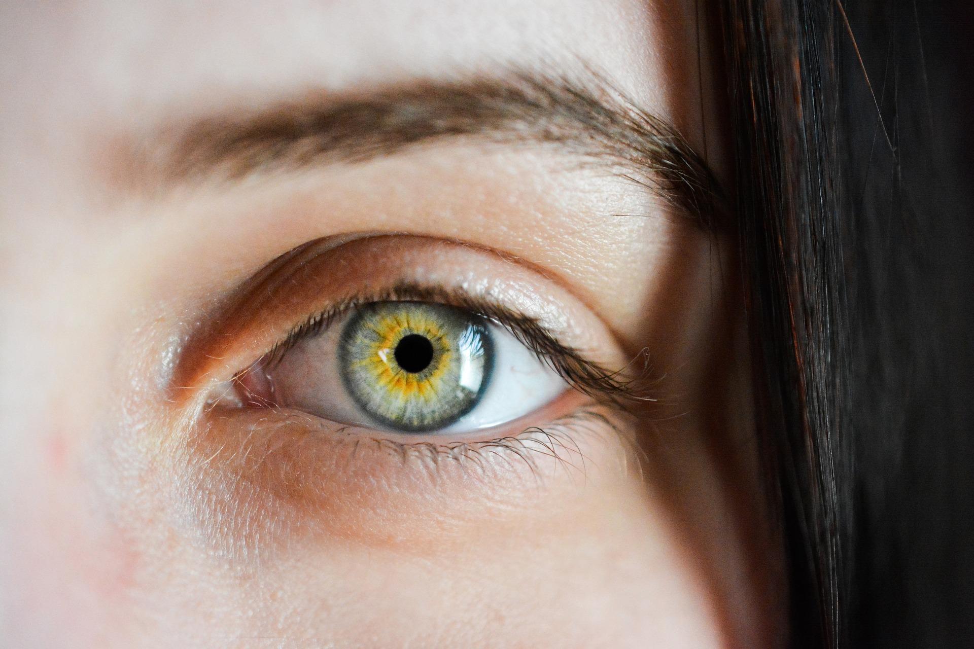 К чему чешется левый глаз по народным приметам
