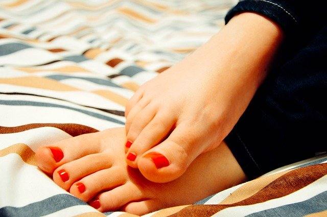 К чему чешутся пальцы ног по приметам