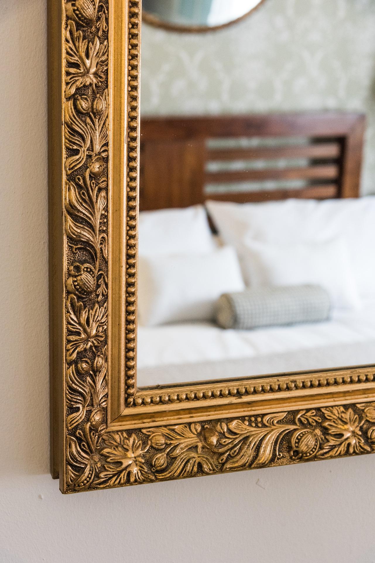 Почему нельзя ставить зеркало напротив кровати по народным приметам