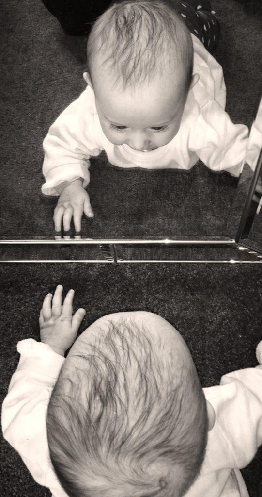 Почему детям до года нельзя смотреть в зеркало по народным приметам